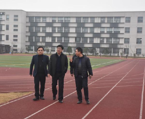 青浦区副区长王凌宇调研白鹤中学